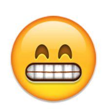 grimaçant le visage avec les yeux souriants