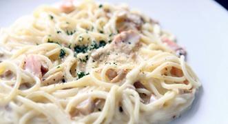 Spaghetti al salmone, un piatto gustoso e delicato per affascinare la vostra dolce metà  #salmone #spaghetti #sanvalentino #vodka