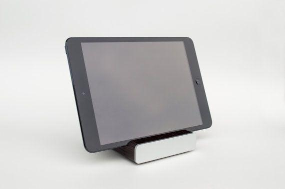 ¡IMPORTANTE!!!!!! ¡Este artículo llegará después de año nuevo!!!!!!  Este soporte moderno iPad / iPad soporte artesanal de madera maciza wengué y aluminio, con su diseño simple y mancha se verá impresionante en todas partes se coloca: en tu escritorio, mesa de noche o tapa contraria de cocina incluso.  Es bastante pesado (+-260 g, 0,57 libras) y muy sólido, así que su iPad estará bonito y robusto en la posición de retratos (con el iPad Mini en fotos).  Compatible con iPad…