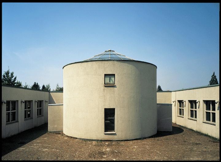 Aldo Rossi, Scuola elementare Fagnano Olona, 1972-1976. Fotografia Barbara Burg / Oliver Schuh. © Palladium Photodesign Studio