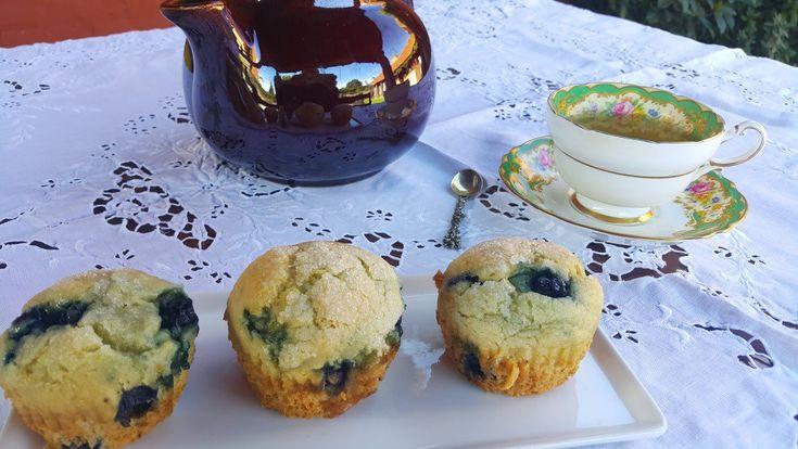 Muffins de limón y arándanos. Húmedos. Esponjosos. Cubiertos de azúcar y con el sabor del arándano realzado por el limón. Proba estos muffins libres de gluten y únicos! Receta: www.smileybelly.com