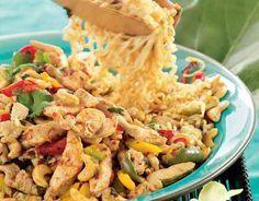 Pähkinäbroileria thaimaalaisittain  Ruskista broilerisuikaleet öljyssä. Lisää joukkoon paloitellut valkosipulinkynnet, chilitahna, pähkinät, sokeri ja paloitellut paprikat. Silppua joukkoon kevätsipulit, mausta osterikastikkeella ja soijalla. Lisää lopuksi korianteri. Tarjoa nuudelien tai riisin kanssa. vinkki: Ruoan voi tehdä myös porsaasta.