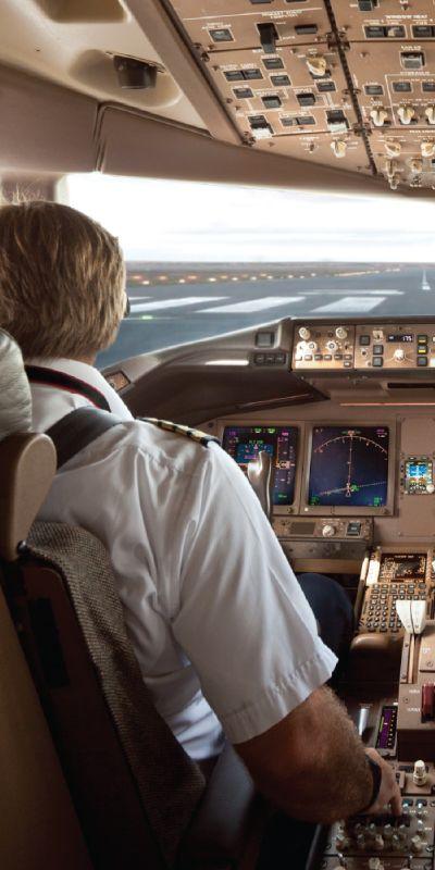 Pilot for en dag? Flysimulatoren er en tro kopi av Boeing 737-800, En guide på plass viser de ulike funksjonene og viser hvordan man flyr ved hjelp av datasimulerte gjengivelser av flyplasser, byer og luftrom. Så nært virkeligheten man kommer!
