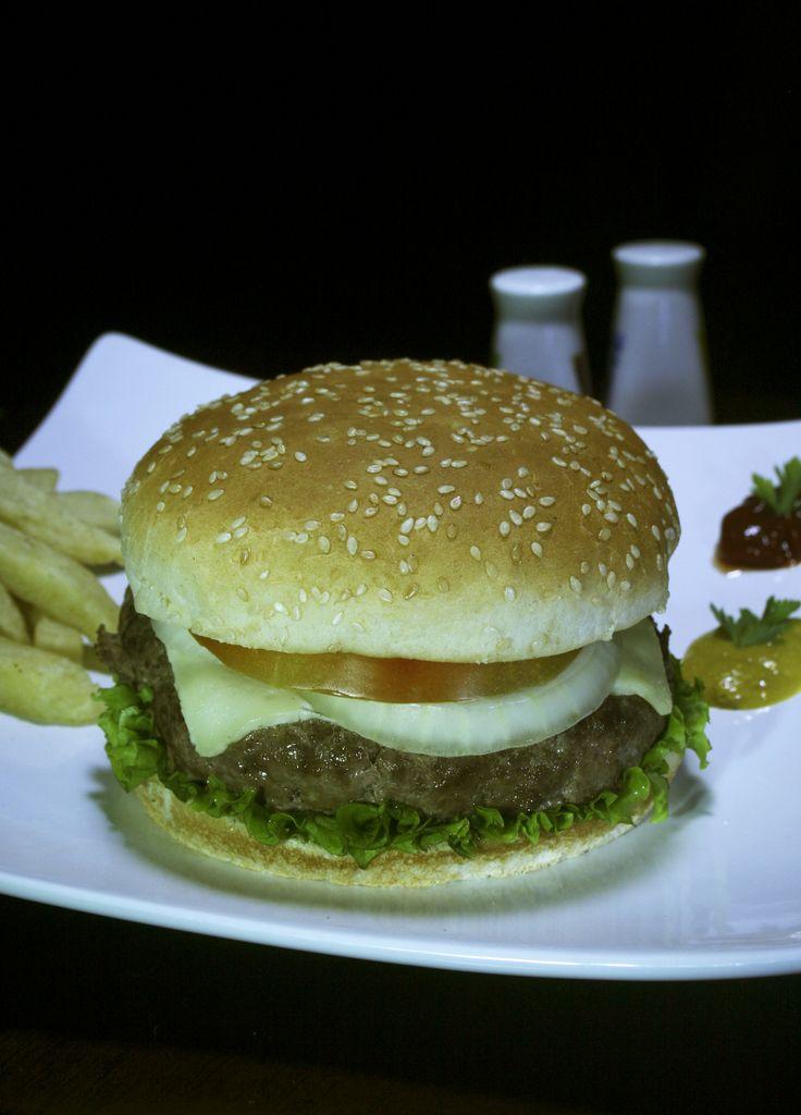 Hamburguesa Clasica, Artesanal, carne magra, tomate, lechuga, cebolla y papas a la francesa $ 12.000