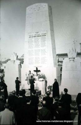 """El 26 de octubre de 1943 tuvo lugar la inauguración del monumento a los Caídos, construido por los presos del régimen con piedras de los restos de la cárcel modelo de Madrid de la Moncloa. Desde entonces fue conocido el cruce como """"La Cruz"""", y hoy todavía se sigue llamando así a pesar de haber sido retirado el monumento hace años. Para la construcción de la Cruz se agruparon los pueblos de Canillas, Canillejas y Vicálvaro."""