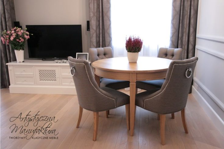 dębowy stół oraz klasyczna szafka RTV, round oak table, classic rtv cabinet
