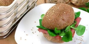Dieses Brot ist ein Traum, wenn du Low Carb mit echtem Brötchen-Geschmack suchst! Zutaten: 150g Mandelmehl, 60g Flohsamenschalen gemahlen, 3 Eiklar(ca. 100g), 2 TL Backpulver, 1 TL Salz, 2 TL Apfelessig, 300ml heißes Wasser, Sesam zum bestreuen  Rezept: Gib alle trockenen Zutaten in eine Schü...