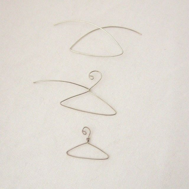 Cute DIY wire hanger--wonder what gauge to use to make big enough for dolls?