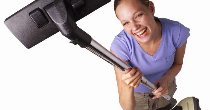 Cómo limpiar una aspiradora sin bolsa. Las aspiradoras sin bolsa requieren una limpieza para funcionar correctamente. Esto se puede hacer en unos pocos y sencillos pasos.