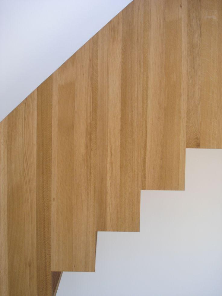 De maatwerk eikenhouten trap met geintegreerde balustrade vormt een eyecatcher in een woning ontworpen door BNLA architecten.