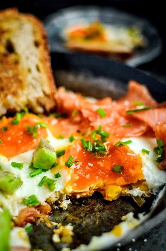 Pyszne Kadry: Jajka pieczone z łososiem i awokado