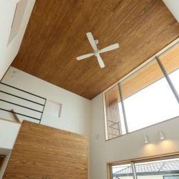 趣味を楽しむ土間の家の部屋 リビング天井のシーリングファン