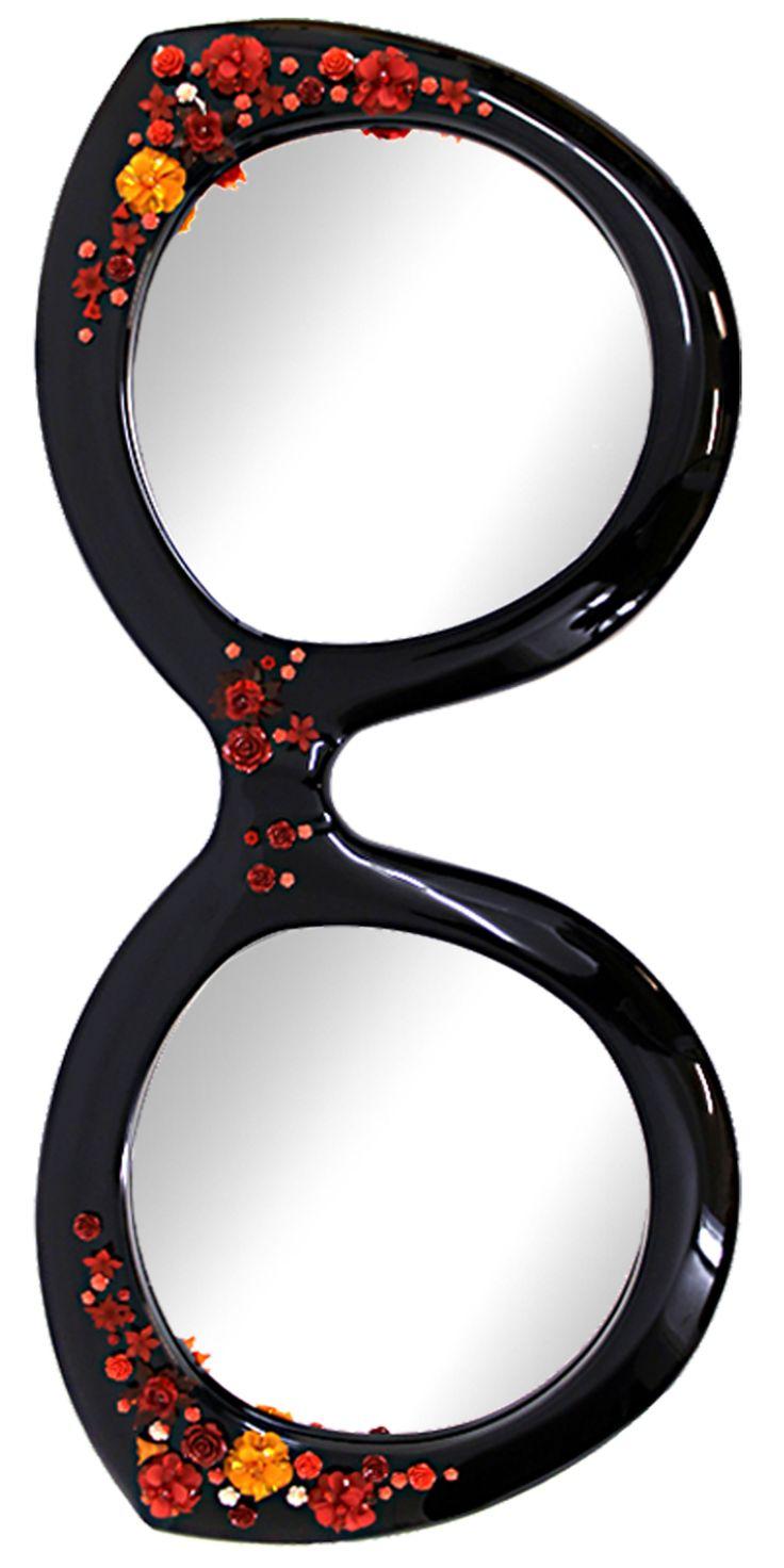 Doppel-Spiegel von unique made überrascht durch die Ausgefallene Form eine Brille und wird zusätzlich mir kräftig roten Blumen zu einer Frühlingswiese bestickt.