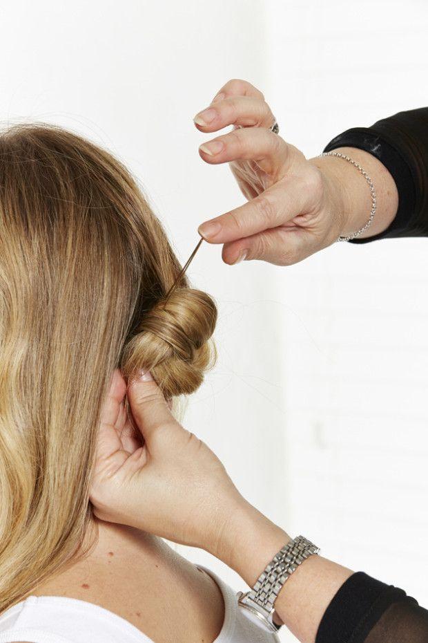 Passo 2 – Enrole o nó do cabelo junto à nuca e prenda com um gancho.