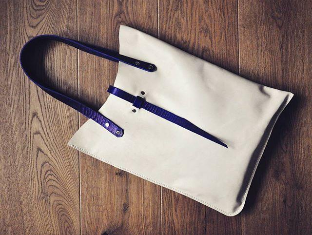 Молочная Планшетка  Простая и удобная планшетка на каждый день. Внутри вместительный карман.  Размеры 35 см х 45 см  Сумка продана. Сделаю похожую на заказ (точное повторение невозможно) Возможен вариант в других цветах  #Кожаная_женская_сумка #женские_дизайнерские_сумки #необычные_сумки #авторские_сумки #сумки_ручной_работы #handmade_bags #woman_leather_bags #burtsevbags