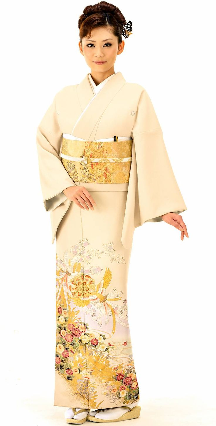 クリーム色と鳳凰と菊のゴージャスな組み合わせがおしゃれな色留袖。結婚式の参考にしたい留袖♡素敵な留袖でウェディング・ブライダルに列席♪