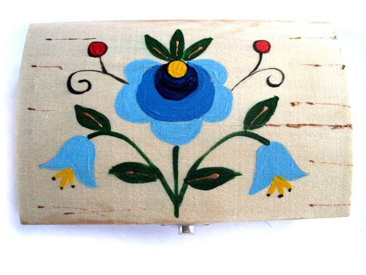 Ręcznie malowana szkatułka drewniana, zdobiona elementami haftu kaszubskiego, autorstwa twórczyni