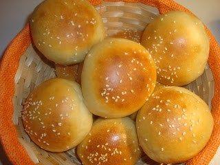 Φτιάξτε Ψωμάκια McDonald's !Σας βρήκαμε τη συνταγή!  ΥλικάΥλικά για 12 ψωμάκια    1/2 κλ.αλεύρι  250 ml. γάλα  6 κουτ.σούπας λάδι  1 κουτ.γλυκού ζάχαρη  1 κουτ.γλυκού αλάτι+ 1 κουτ.γλυκού για το νερό στο οποιο θα ψηθούν τα ψωμάκια  1 σακουλάκι μαγια    Προετοιμασία    Χωρίζεται μισό ποτήρι γάλα
