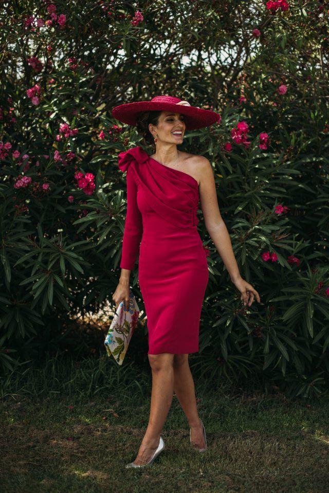 Otro Look con tocado Fabuloso en un color que no pasará desapercibido en ninguna ocasión