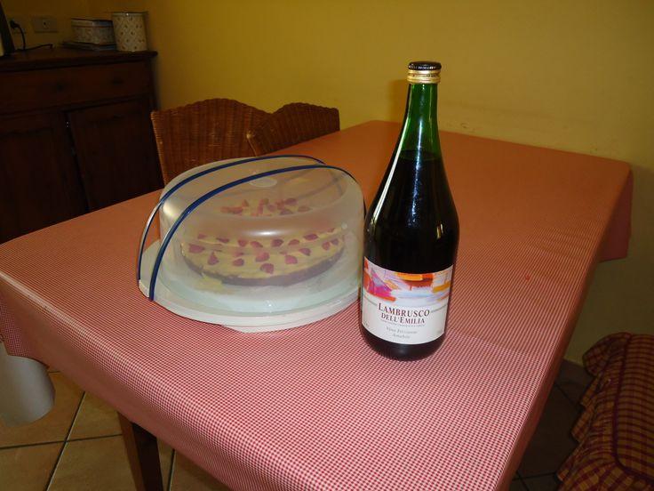 Torta con crema e fragole...pronti per festeggiare!