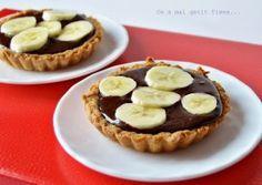 Minitarte de post cu sos de cacao si banane