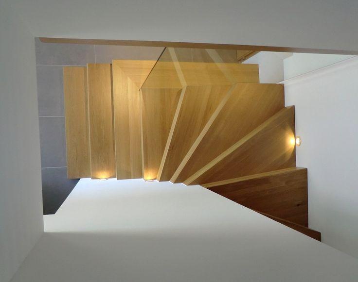 Escalier bois avec contremarches de type Linéa, chêne vernis et garde-corps vitrage feuilleté.