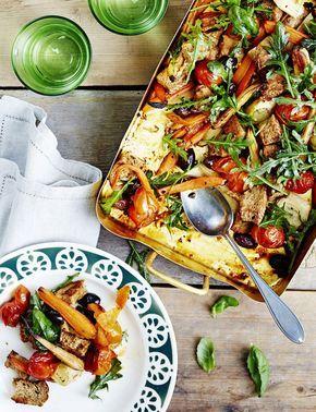 Juuressalaatti valmistuu kätevästi uunivuoassa. Nosta astia suoraan pöytään ja ripottele pinnalle rucolaa.
