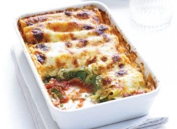 Cannelloni cu spanac şi ricotta Bucură-te de savoarea Italiei şi acasă, cu o reţetă uşoară de cannelloni, care pot fi păstraţi în congelator pentru o cină rapidă. Rețete italiene, Reţete cu ricotta, Reţete cu mascarpone, Reţete cu paste, Reţete cu usturoi, Reţete cu roşii, Italiana, Reţete cu nucşoară, Reţete cu spanac, Reţete cu parmezan, Vegetariana, Reţete cu cannelloni, Reţete cu mozzarella, Reţete cu busuioc, Reţete cu oţet de vin