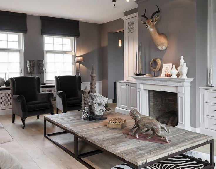 Déco décalée : tête de cerf, tapis zèbre ... ; le tout dans ce salon très classique