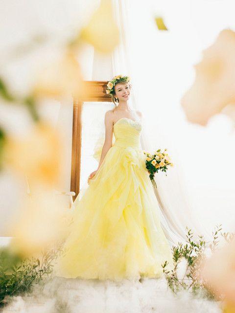 結婚式場写真「ワクワク楽しくなるような、元気の出る色使いがポイントの「ハッピー・シック」。 レインボーカラーでまとめた会場に、より一層笑顔を輝かせる明るいイエローカラーのドレス