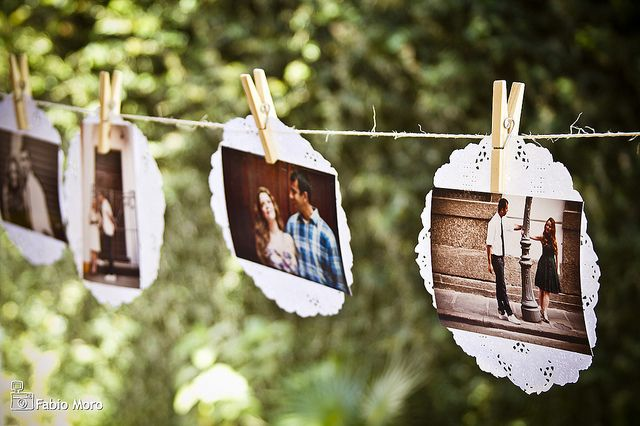 Fotos presas ao papel rendado