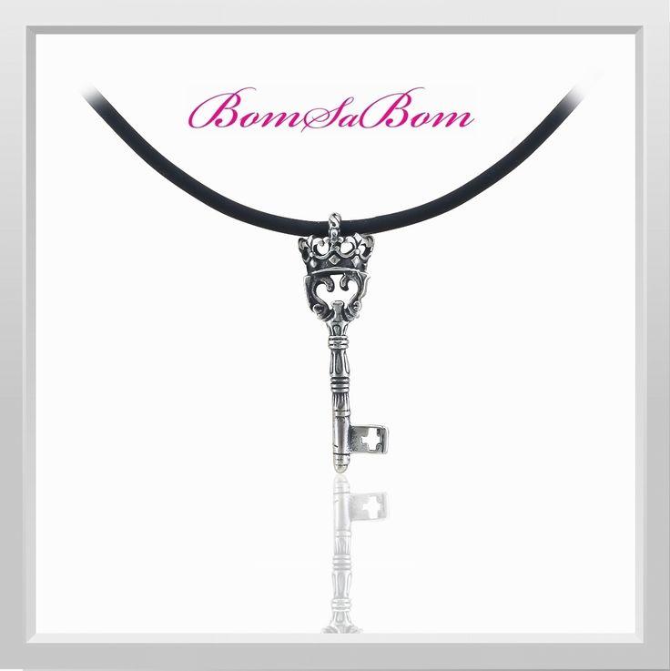 #Kraliyetin #Anahtarı Bu #anahtar a sahip olmak, tüm 3kraliyet e sahip olmak demektir. Eğer size #hediye olarak verilmişse anlayın ki, kraliyet size sunulmuştur. Uzun ömürlü ve #antialerjen #Rodyum kaplama 316L #çelik Teninizde hoş bir dokunuş için siyah özel neopren kordonu ile