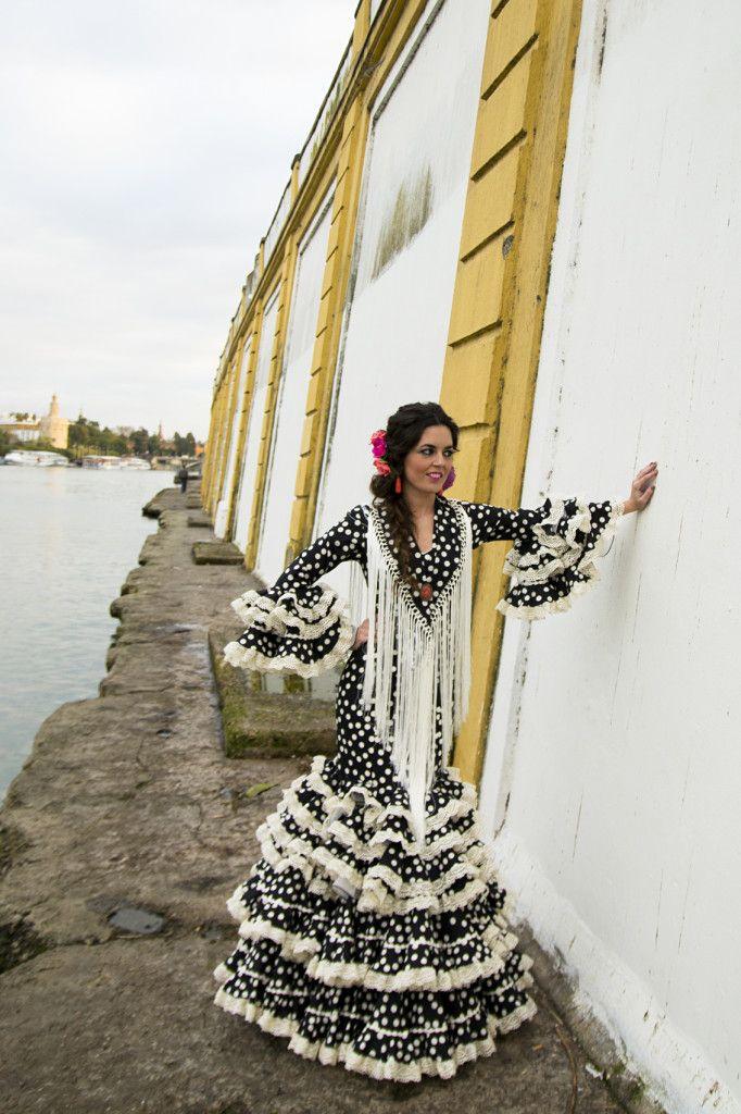 Esencia gitana por Triana con trajes de flamenca de #ElAjolí. Claudia Alfaro · Entre Cirios y Volantes.