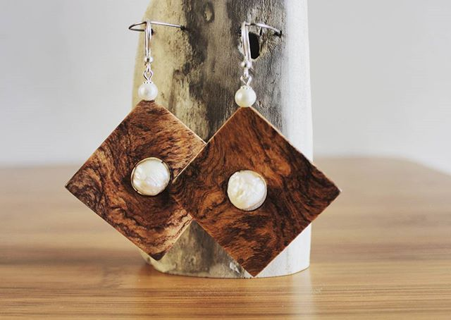 Orecchini in legno radica di ulivo, perle di fiume e argento  #olive #wood #carver #Ostuni #weareinpuglia #puglia #woodjewelry #madeinpuglia #orecchini #madeinitaly #handmade #artigianato #artigianale #handicraft #jewelry #crafting #silver #perl #geometric #wood #woods #woodworking #woodcraft #accessories #accessory #argento #woodenjewelry #moda #earings #woodenearrings #lulivochecanta