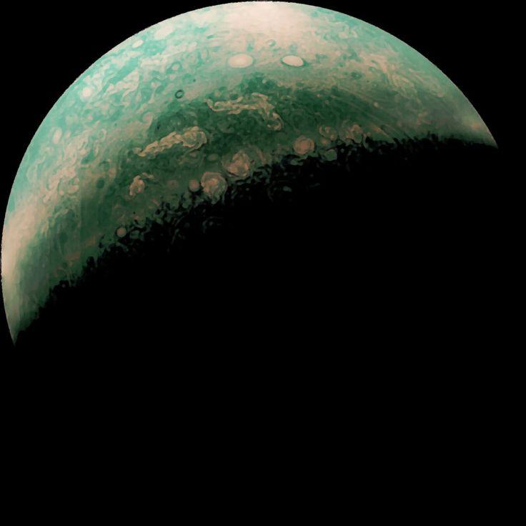 La sonde spatiale de la NASA Juno nous envoie des photographies exceptionnelles prises au-dessus des pôles Jupiter, la géante gazeuse plus volumineuse et plus massive que toutes les autres planètes du Système solaire réunies. Il y a quelques années en arrière, on aurait payé cher pour ne serait-ce que voir ces photos. Qui pensait il …