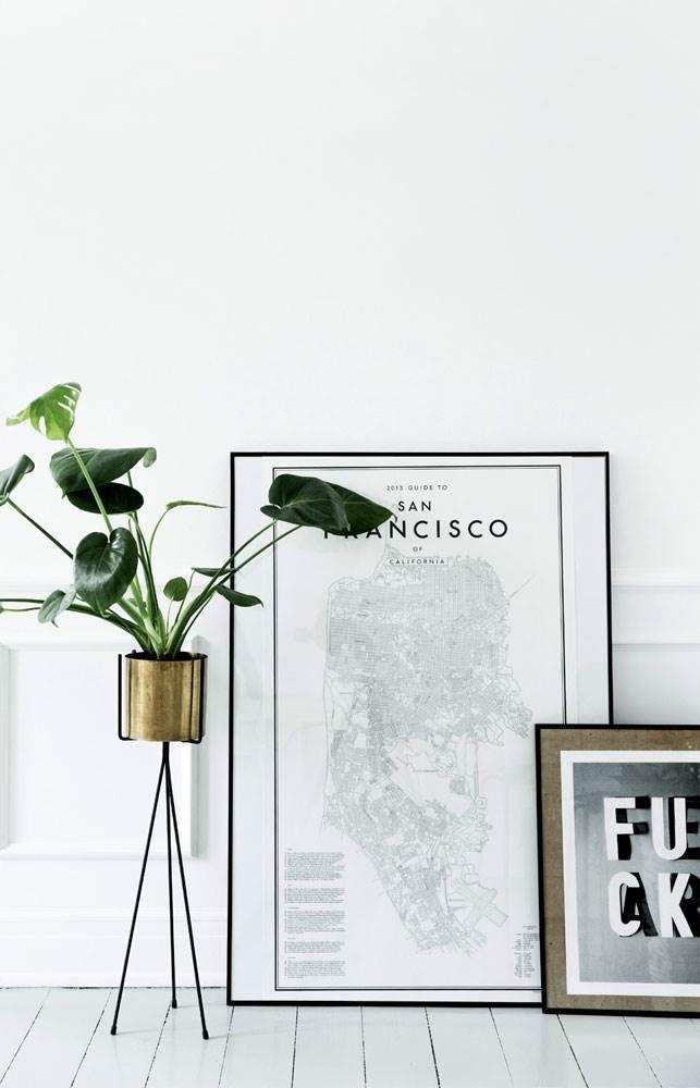 Ida og Morten er ikke bange for at male spritnye hvide vinduesrammer om, så de bliver sorte, eller bygge borde og høje paneler selv. Resultatet er både tjekket, elegant og råt. Se selv!
