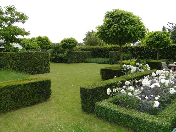 Another example of formal box filled with very relaxed planting. Thomas le Plat, tuin-en landschapsarchitect