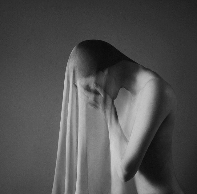 Nada de duck face ou olhadinha por cima do ombro no espelho! A fotógrafa húngara Noell S. Oszvald apresenta uma série de auto-retratos que poderiam estar expostos em qualquer museu de arte contemporânea mundo afora. Com apenas 22 anos de idade, suas fotos são sempre... (Leia +)