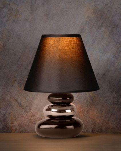 De Alfred tafellamp heeft een staander met stenen en een zwart, katoenen/stoffen lampenkap. - Hanglampgigant.nl