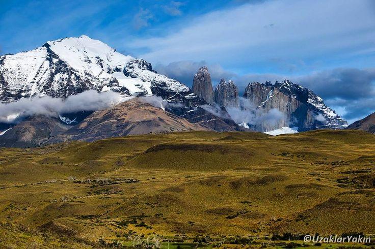 Sana uzaktan baktım ey Torres del Paine! Sabah yola çıktığımızda hava böyle mis gibiydi. Tepeye çıktığımızda sis duman vardı ama bekledikçe az da olsa açıldı. Hepsi hala okumamışlar için son yazımızda. Bağlantı profilde. #uzaklaryakin #torresdelpaine #puertonatales #patagonia #chile #Şili #patagonya