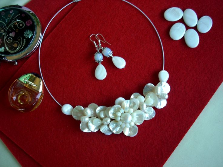 """Cercei şi colier """"Cărări pe drumul nemuririi"""" din colecţia de sidef """" Flori de piatră Bijoux"""" Didina Sava. Colierul este confecţionat din petale de sidef, lacrimi, rondele de sidef, perle de cultură, sârmă modelatoare argintată neoxidabilă, pe un suport de oţel siliconat.  De vânzare"""