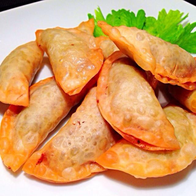 中身は、ひき肉と玉ねぎ、セロリ、春雨、しょうがを混ぜて、 カレー粉などで調味して揚げます。ご飯にもおつまみにもなる、おかずです。 - 63件のもぐもぐ - 揚げ餃子 by kimiko