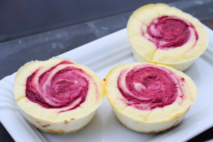 Lust auf ein süßes Abendessen oder ein köstliches kleines Dessert? Dann probiert unbedingt unsere Törtchen mit flüssigem Erdbeerkern aus!
