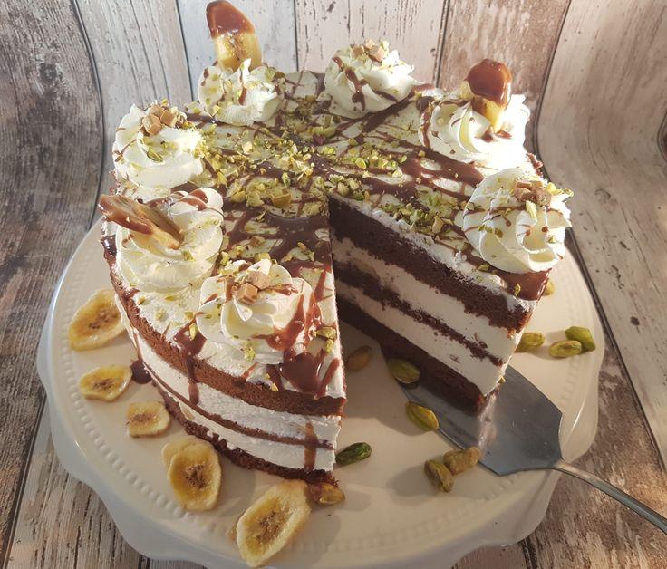 """Bananasplittaart, een taart gebaseerd op het alom bekende ijsgerecht """"de bananasplit"""". Lekker met banaan, chocolade, pistache en slagroom."""