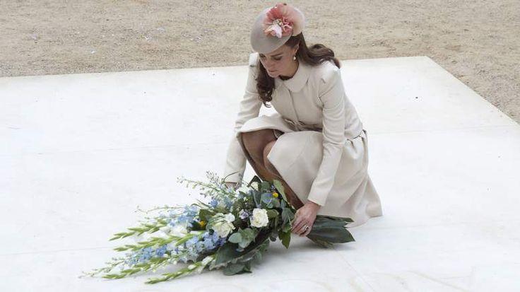 Кейт возложил цветы на кладбище