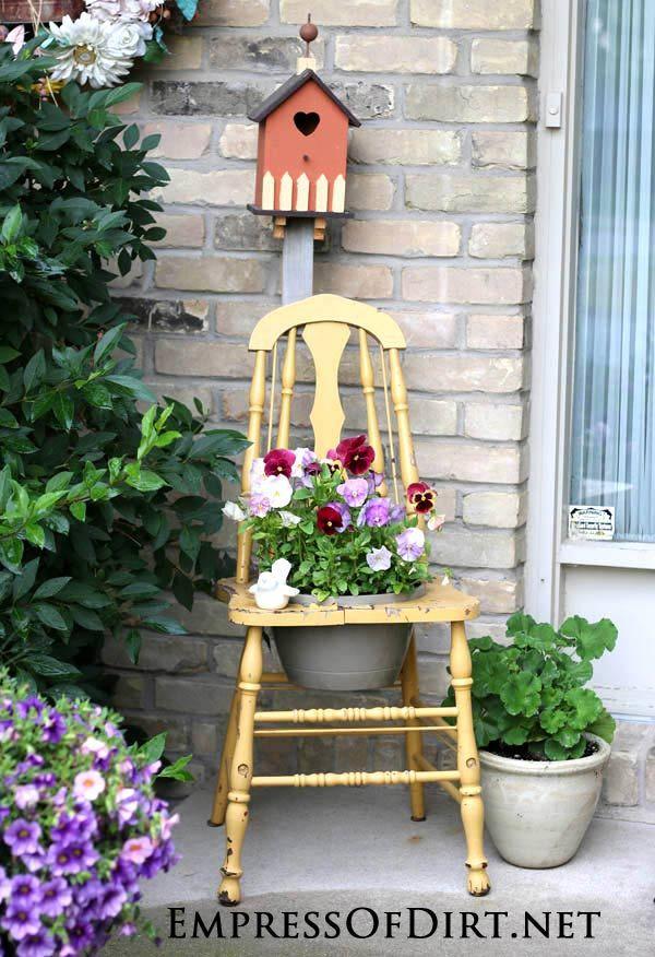 Reciclando sillas viejas en coloridos maceteros