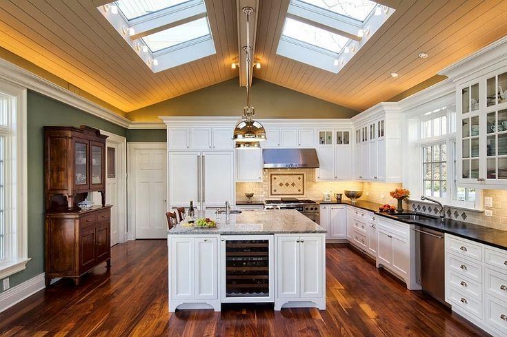 Мансардные окна на сводчатом потолке делают традиционный интерьер этой кухни интереснее и свежее. .