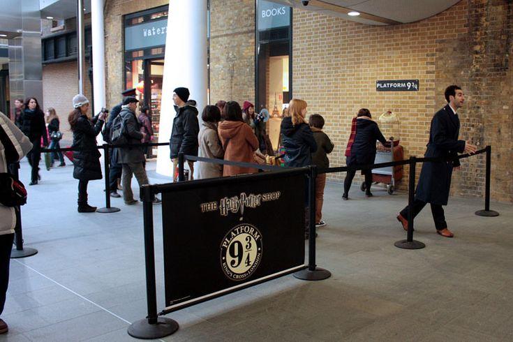 Если так случилось, что ваши друзья не большие фанаты Гарри Поттера, то им все же стоит составить вам компанию, и не только для того, чтобы сфотографировать вас у платформы 9 3/4 (с вашей точки зрения это, несомненно, самая важная из миссий), но и полюбоваться дизайном внутренних помещений Кингс-Кросс.  #harrypotter  #ГарриПоттер