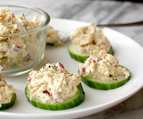 Komkommerschijven met tonijnsalade van zelfgemaakte mayonaise.