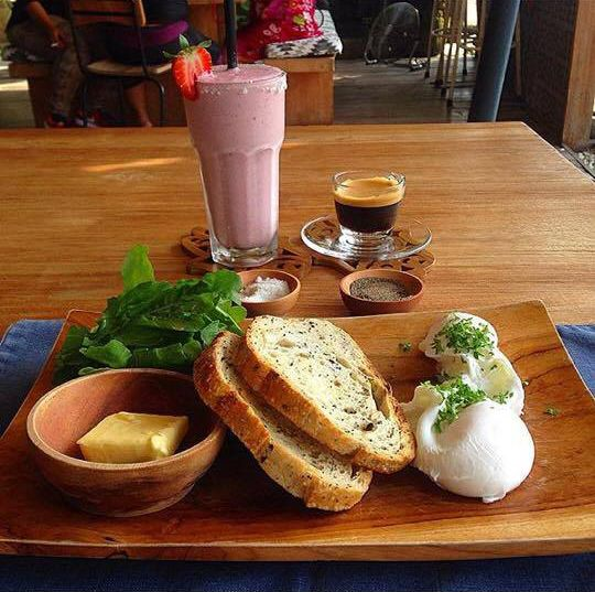 Morning! Courtesy of @marcroberts73 in #instagram. #cafecouscous #seminyak #morroccan #balicafe #cafe #bali #vegetarian #smoothies #brownbread #poachedeggs #nomeat #strawberry